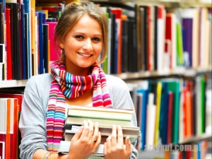 dziewczyna w bibliotece