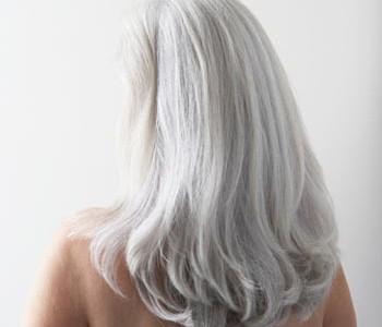 O siwe włosy też należy dbać. Sprawdź, jak!
