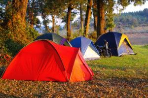 dziecko na wyjeździe pod namiot